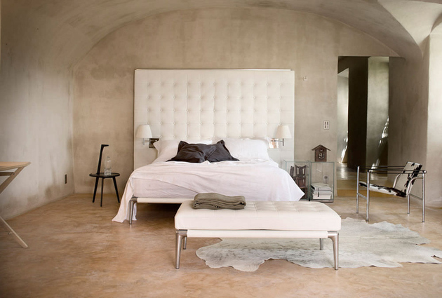 modern-bedroom-with-capitonne- headboard-cassina-volage.jpg