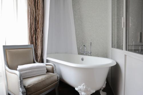 bold-french-modern-classic-interior-decor-4.jpg