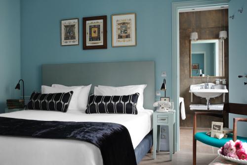 bold-french-modern-classic-interior-decor-7.jpg