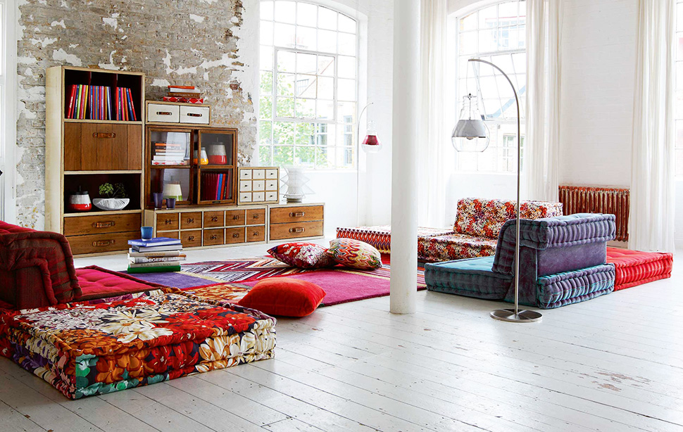 Chic Bohemian Interieur : Casual chic living room decor: rustic storage colorful cozy furniture