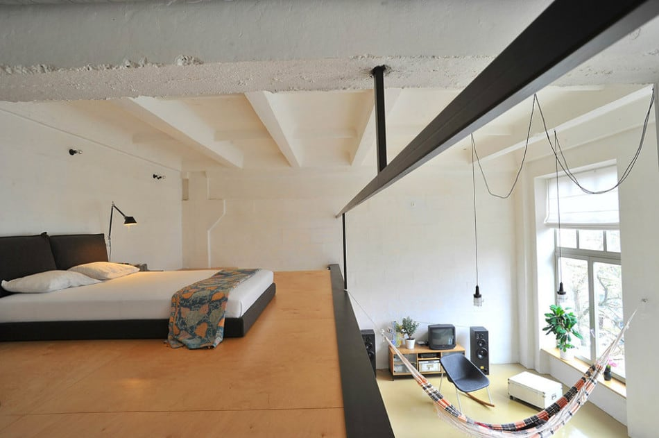 Loft Mezzanine factory loft with an integrated hammock and a mezzanine
