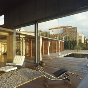Flowing Interior Design in Concrete and Glass