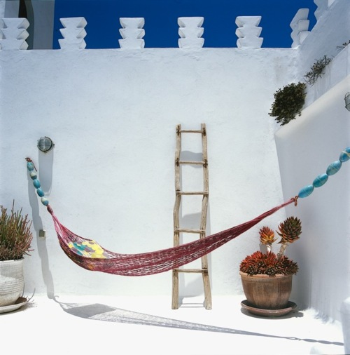 mediterranean patio ideas 2 Mediterranean Patio Ideas: White, Wood and Pops of Color