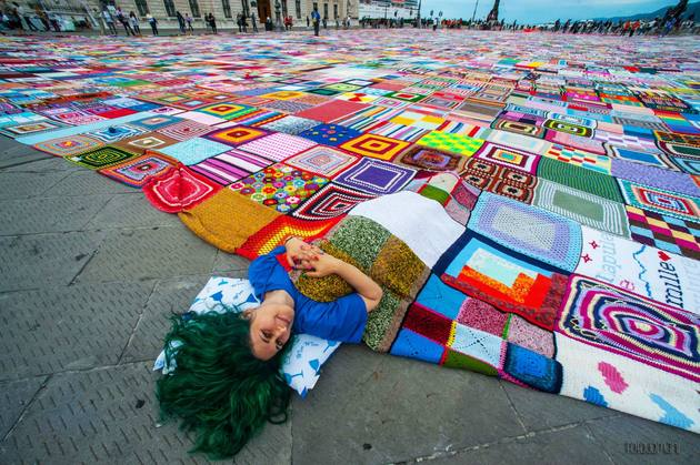 crochet-granny-squares-blanket-is-largest-in-the-world-5.jpg
